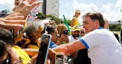 Vídeo Bolsonaro deixou isolamento e se juntou a uma multidão e foi chamado de irresponsável nas redes sociais