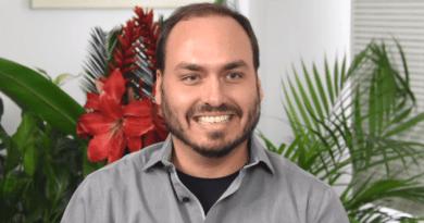 PF IDENTIFICA CARLOS BOLSONARO COMO ARTICULADOR EM ESQUEMAS DE FAKE NEWS