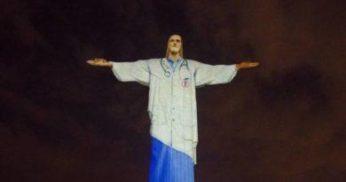 Cristo Redentor homenageia profissionais da saúde vestindo jaleco e com estetoscópio