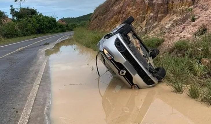 Cantor famoso capota o carro em rodovia da Bahia; cenário é de terror!