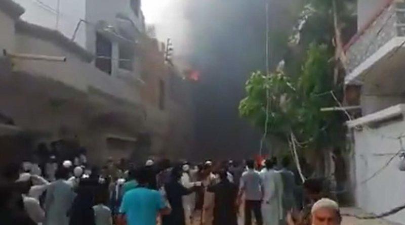 VÍDEO | Avião com 107 pessoas cai em área residencial no sul do Paquistão