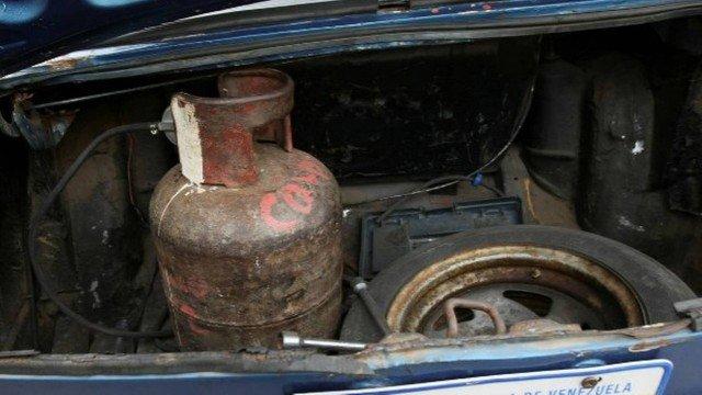 Sem gasolina, apelam para botijões de cozinha instalados em carros