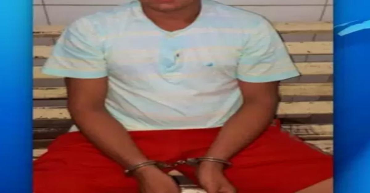 """Homem de 23 anos que foi flagrado nu com uma criança de 6 anos no colo declara: """" fui seduzido por ela"""" e causa revolta."""
