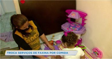 Sem ter com o que se alimentar, Mãe oferece serviços de faxina em troca de alimentos para sua filha