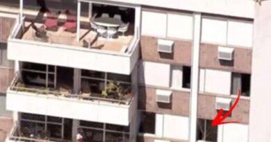 Menino de 9 anos morre logo após cair da janela do quarto andar que estava com a tela de proteção violada.