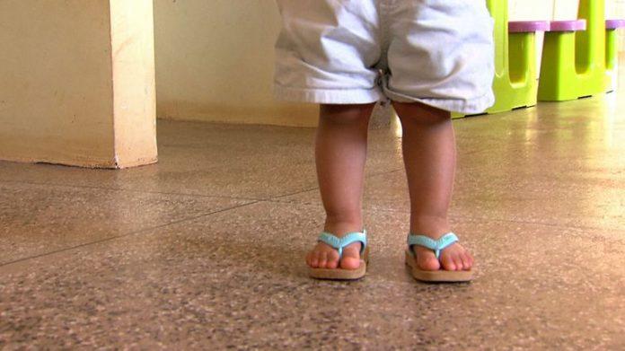 Bebê de 1 ano cai em piscina de casa e morre afogado.