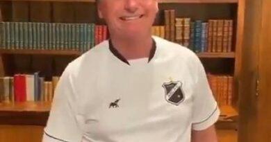 Com a camisa do ABC, Bolsonaro manda recado a Neymar