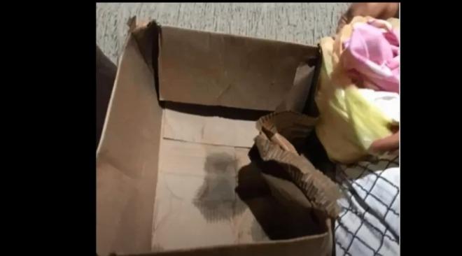 Câmera flagra bebê sendo abandonado dentro de uma caixa de papelão