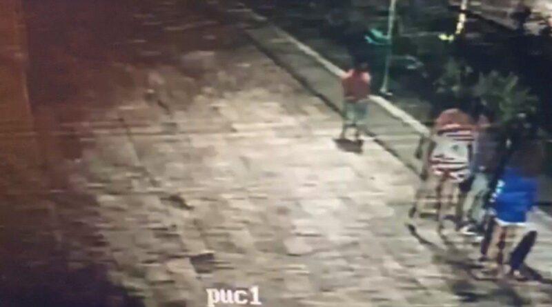 Vídeo Mulher agride e estimula filho a bater em menino em play de prédio