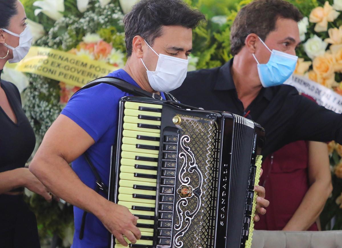 """Vídeo: Zezé Di Camargo canta """"É o Amor"""" e se emociona em velório do pai"""