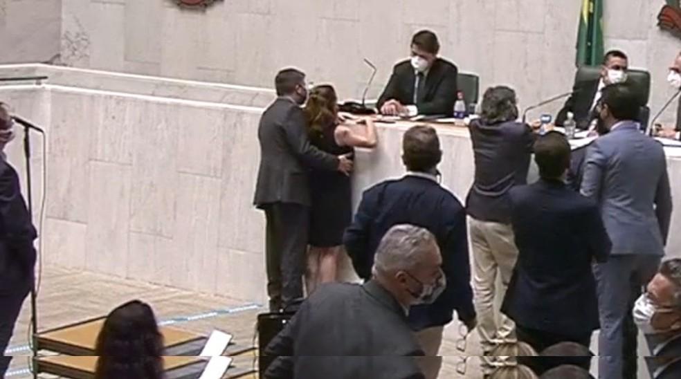 Vídeo mostra deputado Fernando Cury passando a mão no seio da deputada Isa Penna durante sessão da Alesp