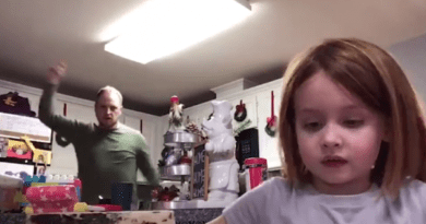 Pai viraliza ao dançar em vídeo da filha sem saber que era trabalho da escola