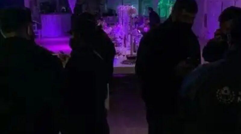 Policiais são confundidos com strippers ao interromperem festa de swing