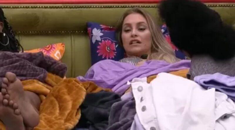 Carla deixa festa e reclama de Arthur: 'Ele só fica falando no Projota'