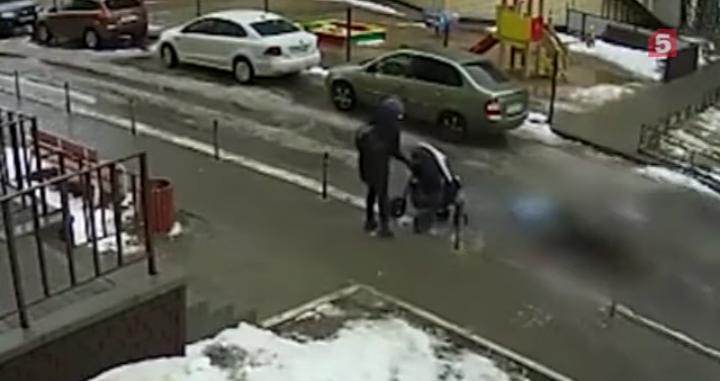 Vídeo registra exato momento que homem despenca de 17° andar de edifício em cima de bebê de 5 meses