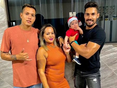 Mãe de Arcrebiano pede proteção ao filho e fãs apontam indireta para Karol