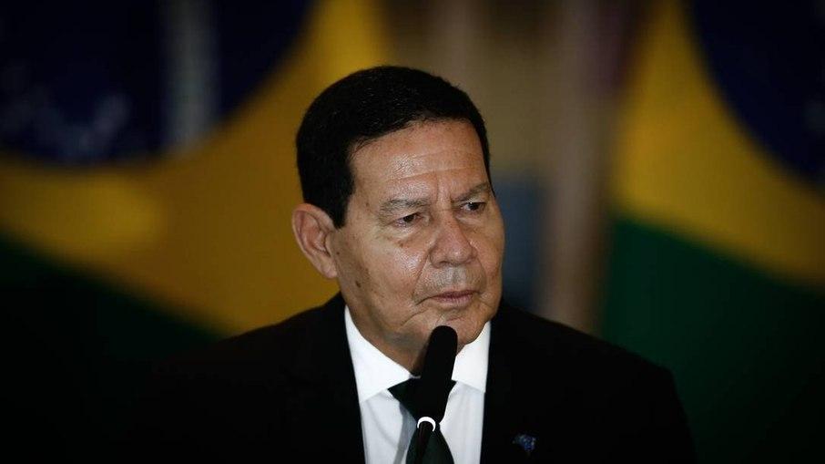 Bolsonaro vai 'tomar pau' recriando ou não o auxílio emergencial, diz Mourão