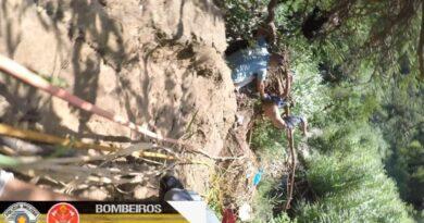 """Homem cai de penhasco com mais de 70 metros más foi salvo após ficar preso em galhos na beira do precipício """"Deus me salvou"""""""