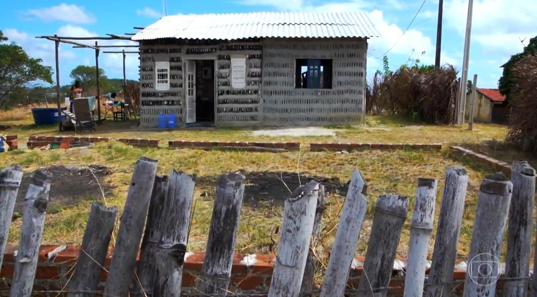 """Ameaçadas de despejo, mãe e filha constroem casa com mais de 4 mil garrafas tiradas do lixo """"É simples más é nossa casa"""""""