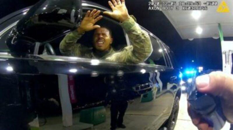 Policial é demitido após disparar spray de pimenta em militar negro durante abordagem