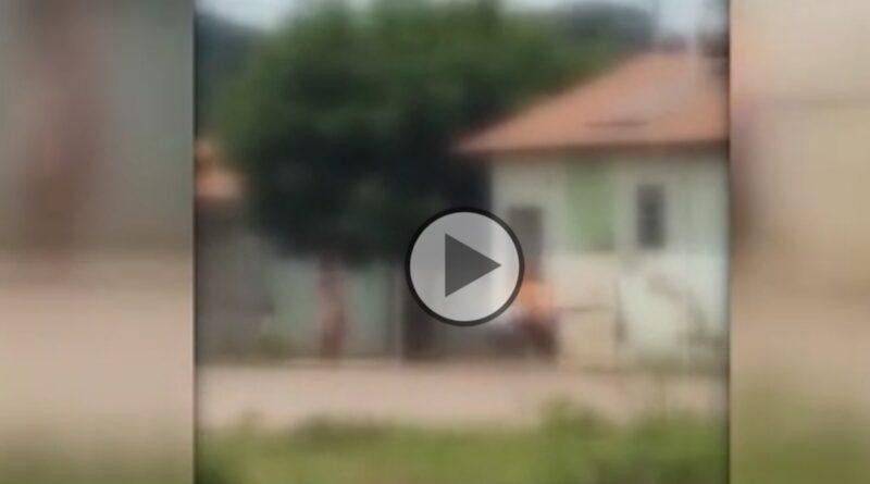 Mãe ma ta vizinha por vingança após mulher agredir sua filha; vizinhos gravaram a ação;