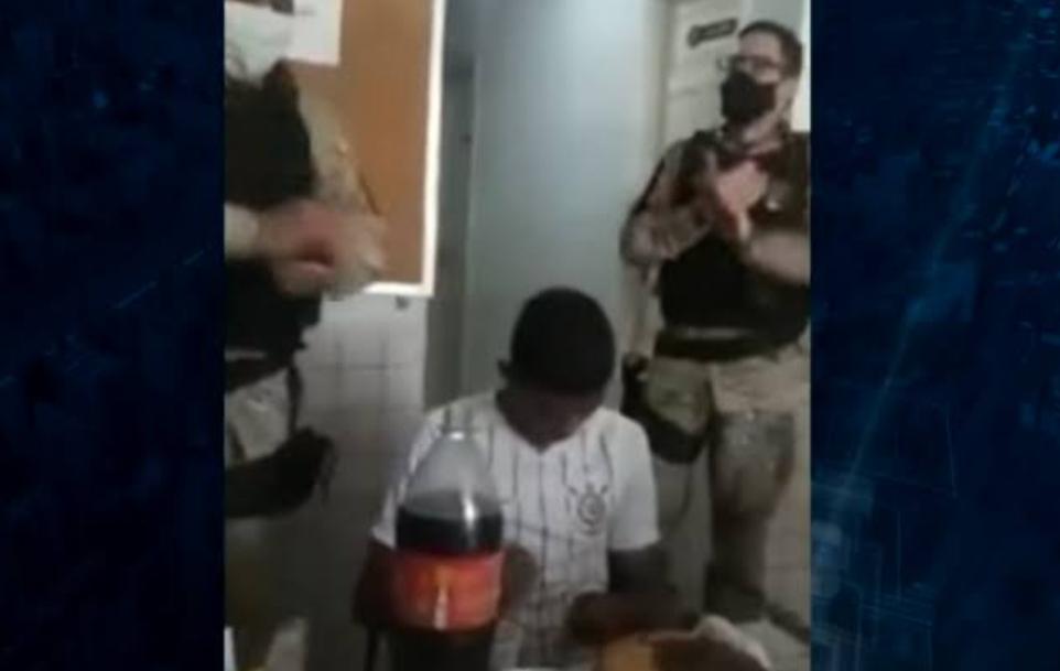 Vídeo: Policiais debocham e fazem festa para jovem preso por roubo no dia do seu aniversário