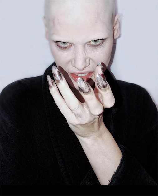 Mulher raspa o cabelo para se parecer com Satanás, veja vídeo